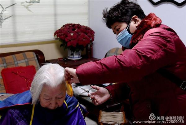 河南开封【雷锋在行动】小剪刀 传大爱 ――市志愿者协会携手祥和社区爱心义剪